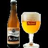 Bottiglia di birra con etichetta chiara con a fianco un bicchiere